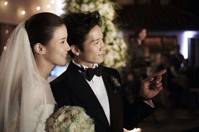 Mợ út tài phiệt Lee Bo Young và tài tử Ji Sung kỷ niệm 8 năm kết hôn, bộ ảnh cưới thế kỷ và tin đồn tiểu tam bỗng hot trở lại - ảnh 1