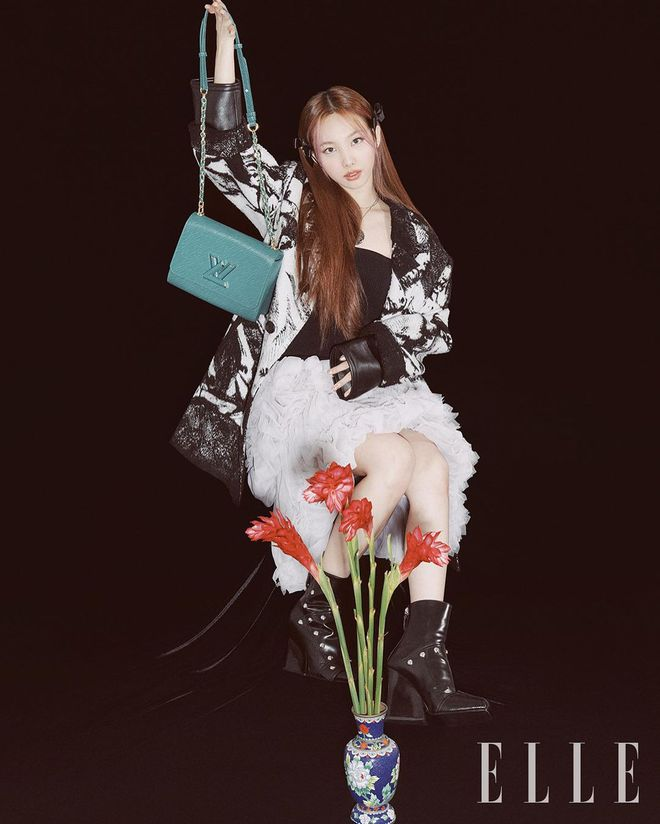 Nayeon lên bìa tạp chí, netizen nghi nàng idol học tập dáng pose cấy lúa huyền thoại từ mỹ nữ Cbiz - ảnh 4