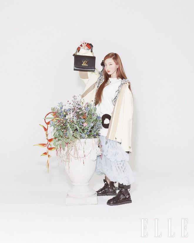 Nayeon lên bìa tạp chí, netizen nghi nàng idol học tập dáng pose cấy lúa huyền thoại từ mỹ nữ Cbiz - ảnh 11