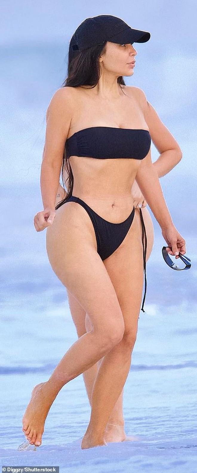 Kim siêu vòng 3 diện bikini khoe body phồn thực với tỉ lệ khó tin, ai ngờ mặt mộc còn gây chú ý hơn vì quá đỉnh - ảnh 2