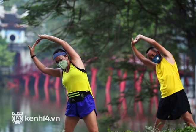 Người Hà Nội hồ hởi đổ ra đường tập thể dục từ sáng sớm, trường đua xe đạp quanh hồ Gươm lại trở nên rộn ràng - Ảnh 10.