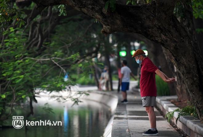 Người Hà Nội hồ hởi đổ ra đường tập thể dục từ sáng sớm, trường đua xe đạp quanh hồ Gươm lại trở nên rộn ràng - Ảnh 13.