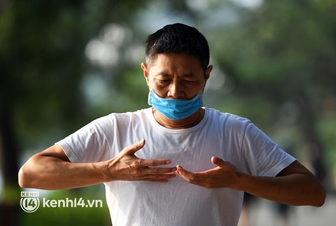 Người Hà Nội hồ hởi đổ ra đường tập thể dục từ sáng sớm, trường đua xe đạp quanh hồ Gươm lại trở nên rộn ràng - Ảnh 15.
