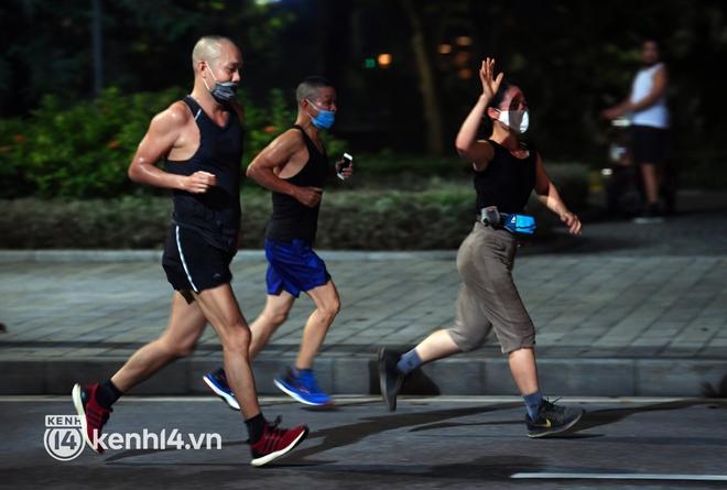 Người Hà Nội hồ hởi đổ ra đường tập thể dục từ sáng sớm, trường đua xe đạp quanh hồ Gươm lại trở nên rộn ràng - Ảnh 2.