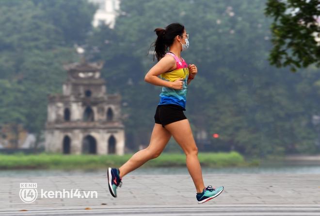 Người Hà Nội hồ hởi đổ ra đường tập thể dục từ sáng sớm, trường đua xe đạp quanh hồ Gươm lại trở nên rộn ràng - Ảnh 9.