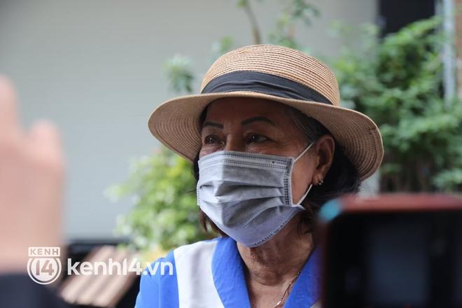 Ngay lúc này tại nhà riêng của Phi Nhung, nhiều người dân không cầm được nước mắt xót xa vì sự ra đi của nữ ca sĩ - ảnh 2