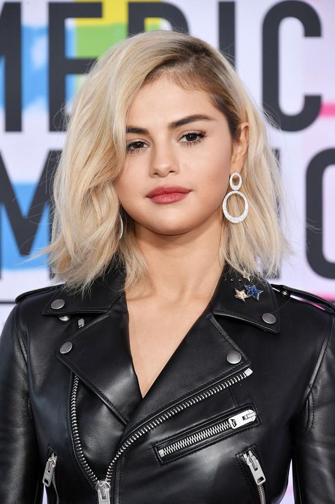 Selena Gomez có 2 thảm đỏ huyền thoại năm 2017: Lột xác nhờ lần đầu nhuộm bạch kim đến táo bạo hôn The Weeknd đại náo Met Gala - ảnh 1