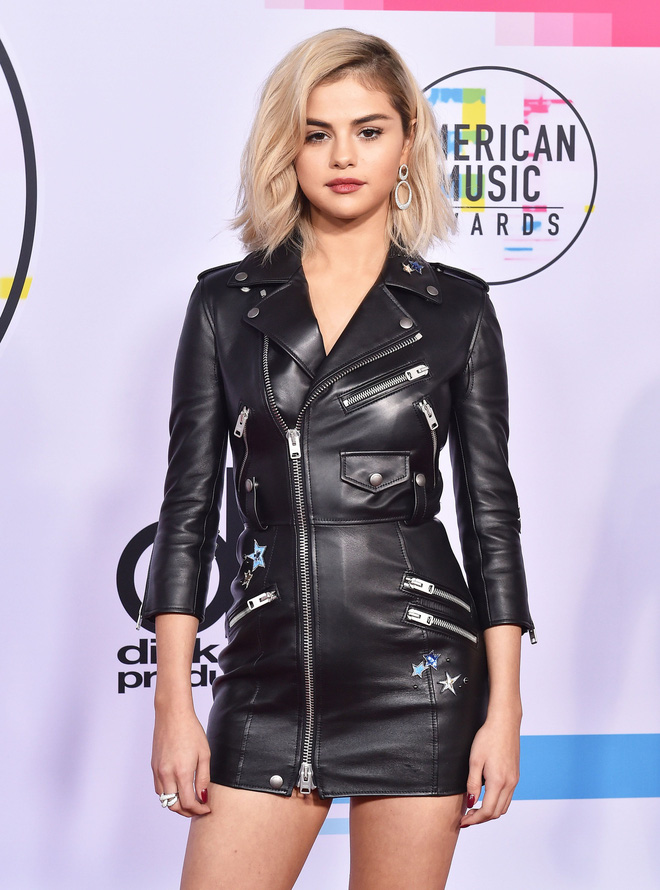 Selena Gomez có 2 thảm đỏ huyền thoại năm 2017: Lột xác nhờ lần đầu nhuộm bạch kim đến táo bạo hôn The Weeknd đại náo Met Gala - ảnh 7