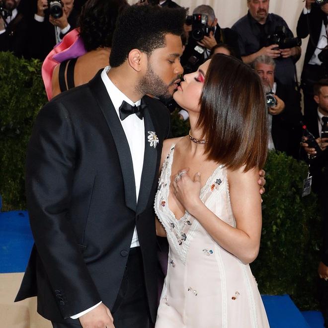 Selena Gomez có 2 thảm đỏ huyền thoại năm 2017: Lột xác nhờ lần đầu nhuộm bạch kim đến táo bạo hôn The Weeknd đại náo Met Gala - ảnh 10