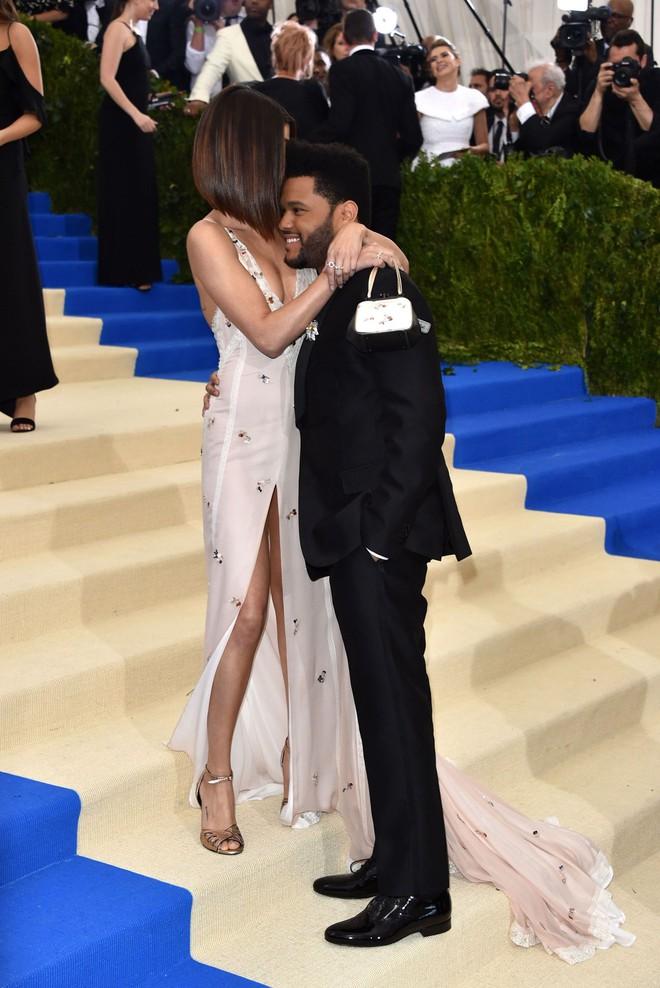 Selena Gomez có 2 thảm đỏ huyền thoại năm 2017: Lột xác nhờ lần đầu nhuộm bạch kim đến táo bạo hôn The Weeknd đại náo Met Gala - ảnh 11