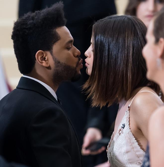 Selena Gomez có 2 thảm đỏ huyền thoại năm 2017: Lột xác nhờ lần đầu nhuộm bạch kim đến táo bạo hôn The Weeknd đại náo Met Gala - ảnh 12