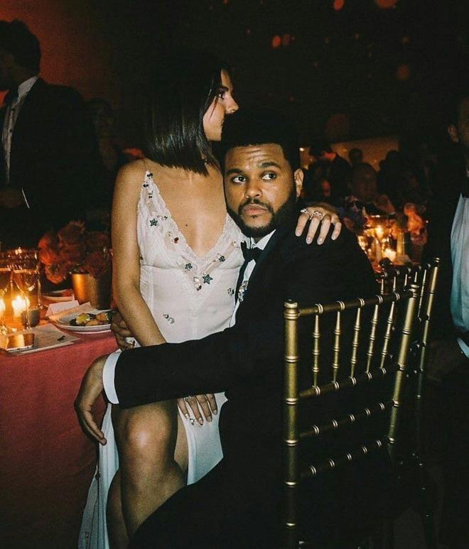 Selena Gomez có 2 thảm đỏ huyền thoại năm 2017: Lột xác nhờ lần đầu nhuộm bạch kim đến táo bạo hôn The Weeknd đại náo Met Gala - ảnh 18
