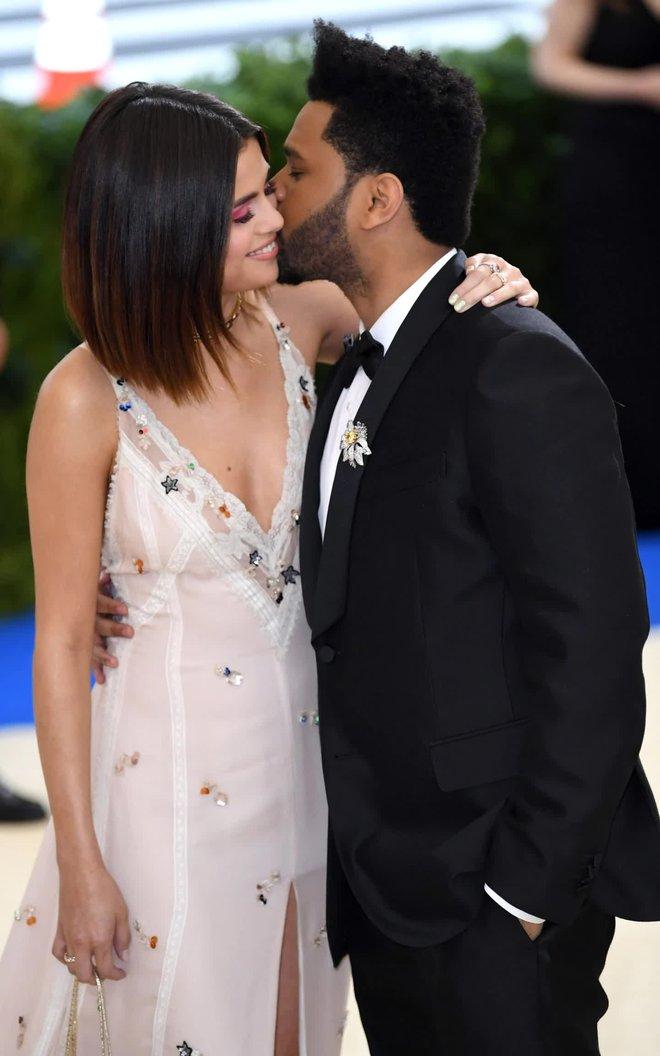 Selena Gomez có 2 thảm đỏ huyền thoại năm 2017: Lột xác nhờ lần đầu nhuộm bạch kim đến táo bạo hôn The Weeknd đại náo Met Gala - ảnh 13