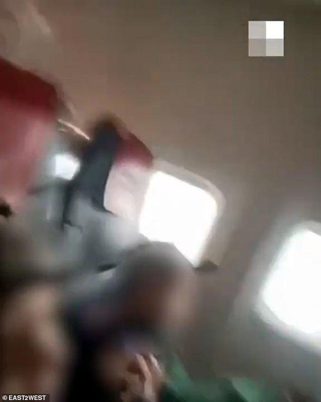 Máy bay chở 175 người bị sét đánh rơi tự do giữa bầu trời, video ghi lại cảnh hành khách la hét kinh hoàng trong tuyệt vọng gây ám ảnh - ảnh 1