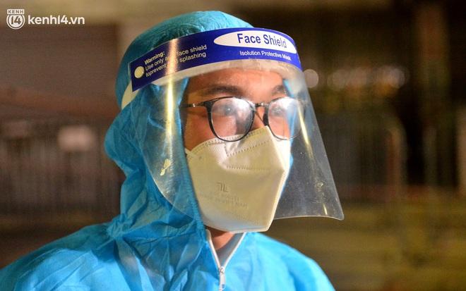 Hà Nội gỡ phong tỏa ổ dịch Thanh Xuân Trung: Người dân phấn khởi, nhân viên y tế bật khóc, ôm chầm lấy nhau vì hạnh phúc - ảnh 10