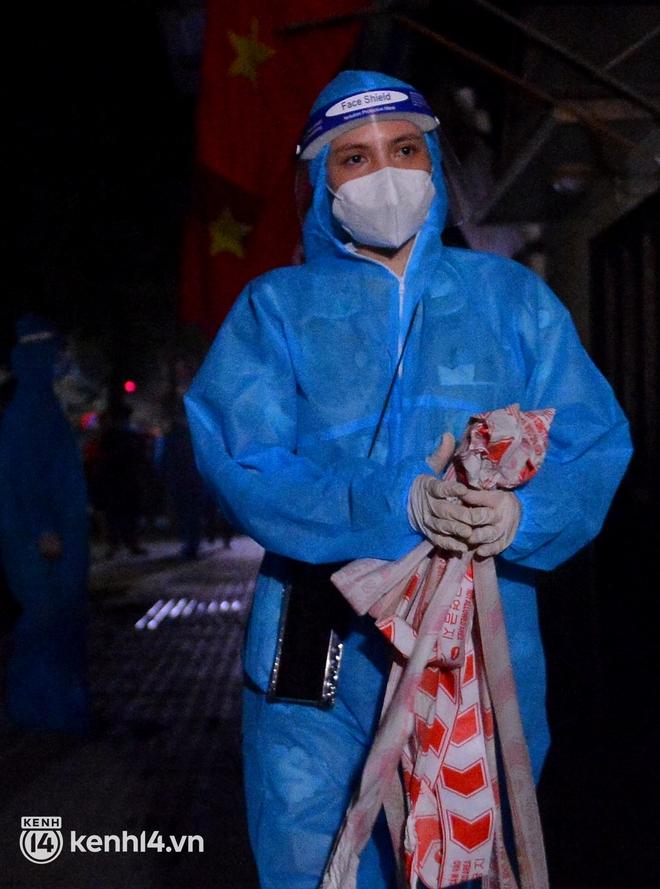 Hà Nội gỡ phong tỏa ổ dịch Thanh Xuân Trung: Người dân phấn khởi, nhân viên y tế bật khóc, ôm chầm lấy nhau vì hạnh phúc - ảnh 2