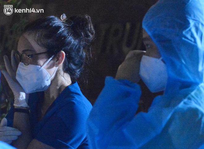 Hà Nội gỡ phong tỏa ổ dịch Thanh Xuân Trung: Người dân phấn khởi, nhân viên y tế bật khóc, ôm chầm lấy nhau vì hạnh phúc - ảnh 7