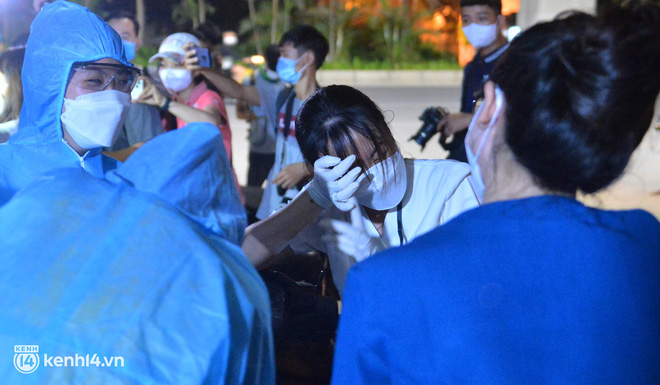 Hà Nội gỡ phong tỏa ổ dịch Thanh Xuân Trung: Người dân phấn khởi, nhân viên y tế bật khóc, ôm chầm lấy nhau vì hạnh phúc - ảnh 8