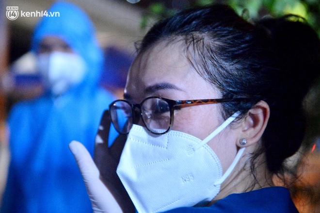Hà Nội gỡ phong tỏa ổ dịch Thanh Xuân Trung: Người dân phấn khởi, nhân viên y tế bật khóc, ôm chầm lấy nhau vì hạnh phúc - ảnh 6