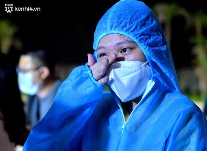 Hà Nội gỡ phong tỏa ổ dịch Thanh Xuân Trung: Người dân phấn khởi, nhân viên y tế bật khóc, ôm chầm lấy nhau vì hạnh phúc - ảnh 5