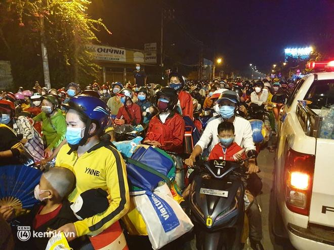 Đến 23h khuya 30⁄9, hàng trăm người dân vẫn dồn ứ tại cửa ngõ TP.HCM vì muốn về quê - Ảnh 2.