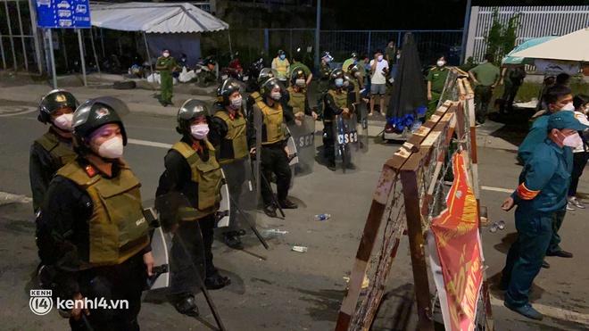 Đến 23h khuya 30⁄9, hàng trăm người dân vẫn dồn ứ tại cửa ngõ TP.HCM vì muốn về quê - Ảnh 3.