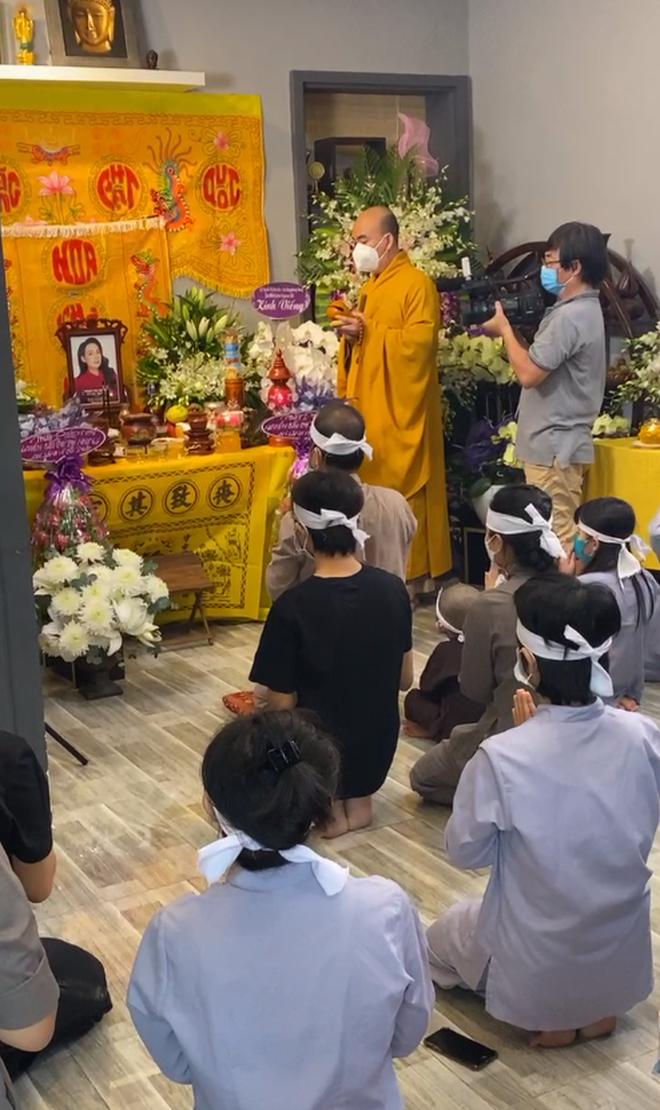 Hồ Văn Cường đeo khăn tang, lộ diện buồn bã trong tang lễ NS Phi Nhung, mẹ ruột nam ca sĩ cũng có mặt - Ảnh 5.