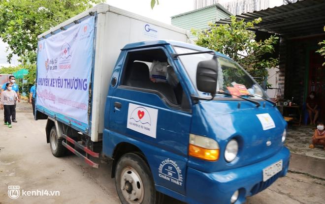 """Xe tải luồn hẻm, chở """"chú bộ đội"""" đưa hàng trăm phần quà Trung thu đến trẻ em xóm trọ nghèo ở Sài Gòn - Ảnh 2."""