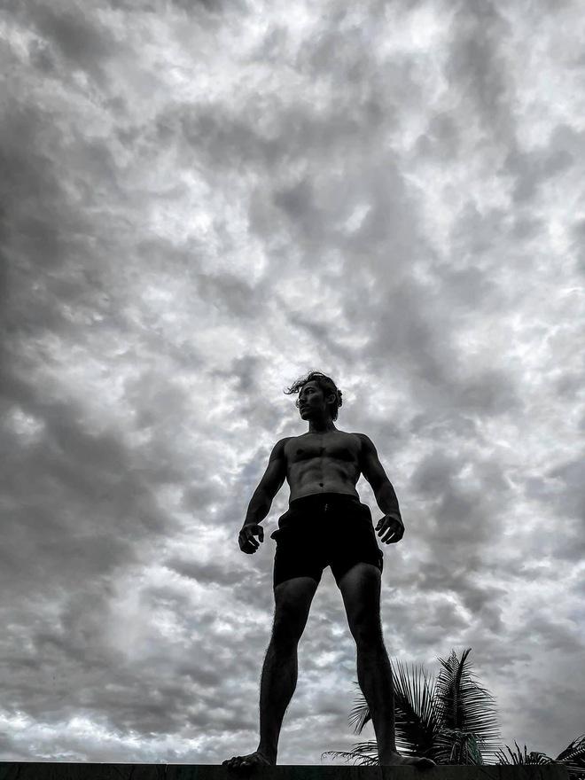 """Karik chụp ảnh cho Jun Phạm, Liên Bỉnh Phát body chuẩn tạc tượng, nhìn lại ảnh mình """"thấy mà tức"""" - Ảnh 3."""