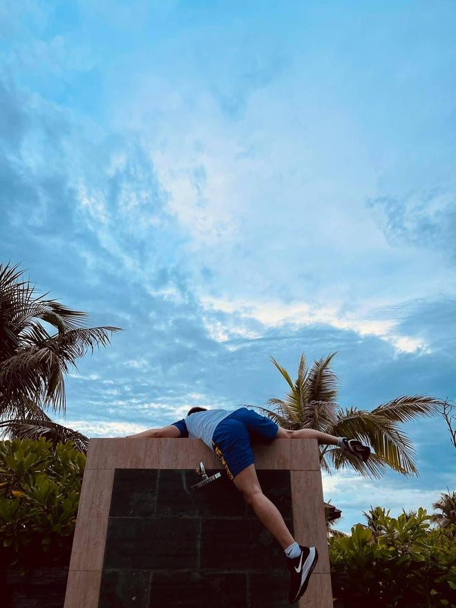 """Karik chụp ảnh cho Jun Phạm, Liên Bỉnh Phát body chuẩn tạc tượng, nhìn lại ảnh mình """"thấy mà tức"""" - Ảnh 4."""