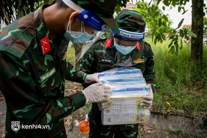 Ảnh: Bộ đội lặn lội xuống các xóm nhỏ, đến từng nhà trao sách cho các học sinh ở TP.HCM - Ảnh 2.