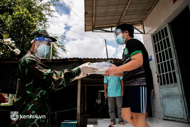 Ảnh: Bộ đội lặn lội xuống các xóm nhỏ, đến từng nhà trao sách cho các học sinh ở TP.HCM - Ảnh 5.