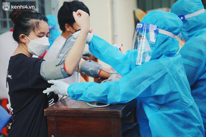 Mẹ mất, 2 con nhỏ nhiễm Covid-19, vợ chồng nữ điều dưỡng gạt nước mắt ở lại trạm y tế chống dịch - Ảnh 7.