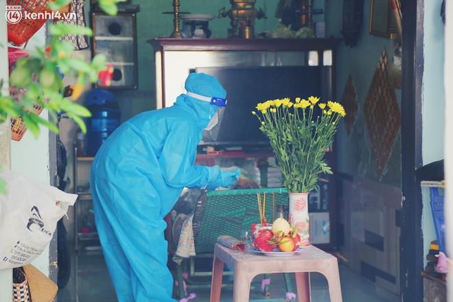 Mẹ mất, 2 con nhỏ nhiễm Covid-19, vợ chồng nữ điều dưỡng gạt nước mắt ở lại trạm y tế chống dịch - Ảnh 2.