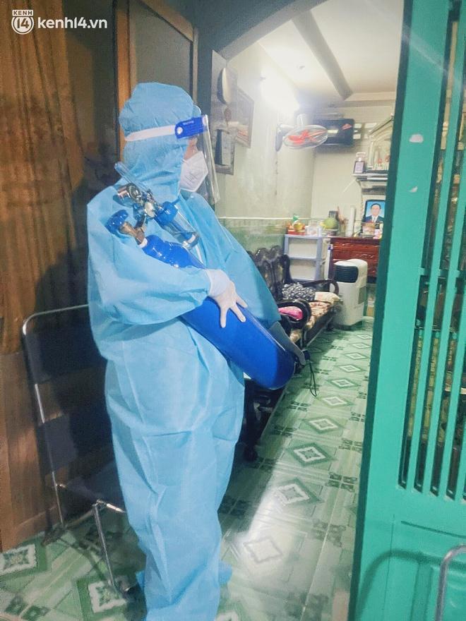 Mẹ mất, 2 con nhỏ nhiễm Covid-19, vợ chồng nữ điều dưỡng gạt nước mắt ở lại trạm y tế chống dịch - Ảnh 8.