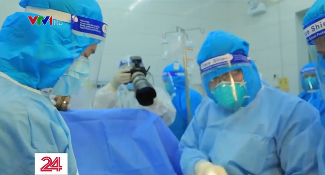 """Ê-kíp VTV làm nên phóng sự đầy ám ảnh """"Ranh giới"""": 21 ngày bám trụ tại bệnh viện, chứng kiến khoảnh khắc """"sinh ly tử biệt"""" đau xé lòng - Ảnh 4."""