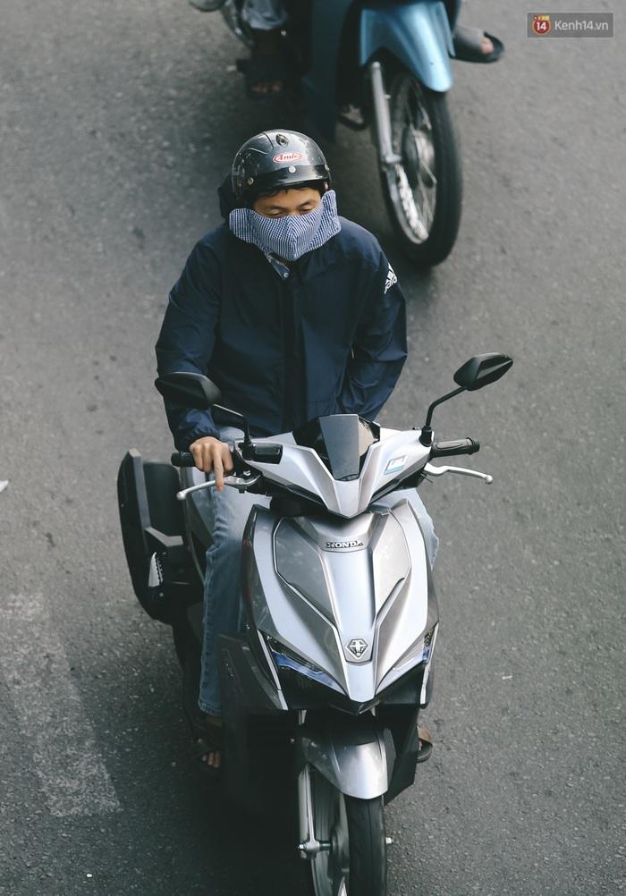 Ảnh: Không khí giảm còn 20 độ C vào sáng sớm, người Sài Gòn co ro trong cái lạnh những ngày chớm đông - Ảnh 5.