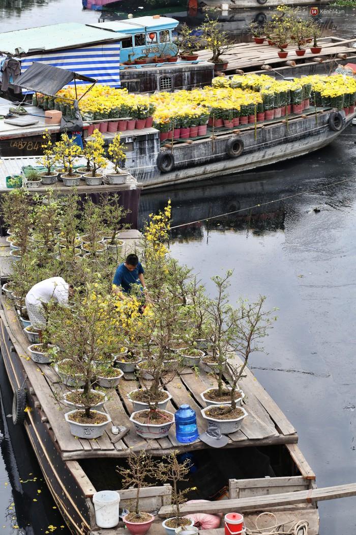 Chùm ảnh: Những chiếc thuyền đầy ắp hoa xuân cập bến ở Sài Gòn qua góc nhìn xinh xắn từ flycam - Ảnh 6.