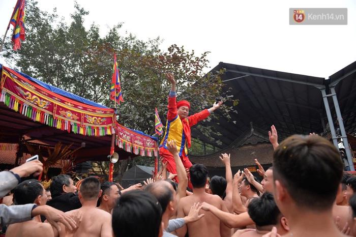 Hàng nghìn người hò reo cổ vũ màn rước pháo và tung hô quan đám tại lễ hội Đồng Kỵ - Ảnh 13.