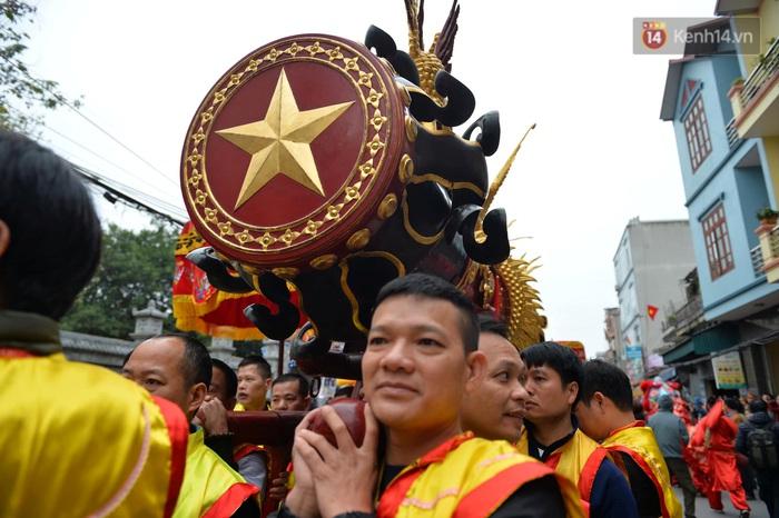 Hàng nghìn người hò reo cổ vũ màn rước pháo và tung hô quan đám tại lễ hội Đồng Kỵ - Ảnh 1.