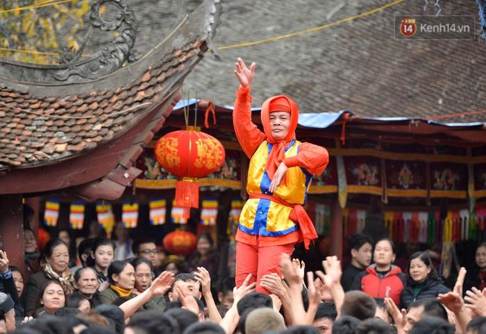 Hàng nghìn người hò reo cổ vũ màn rước pháo và tung hô quan đám tại lễ hội Đồng Kỵ - Ảnh 15.