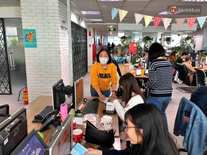 Chùm ảnh: Lo ngại đại dịch virus Corona, dân công sở đeo khẩu trang kín mít tại cơ quan ngày làm việc đầu năm mới - Ảnh 7.