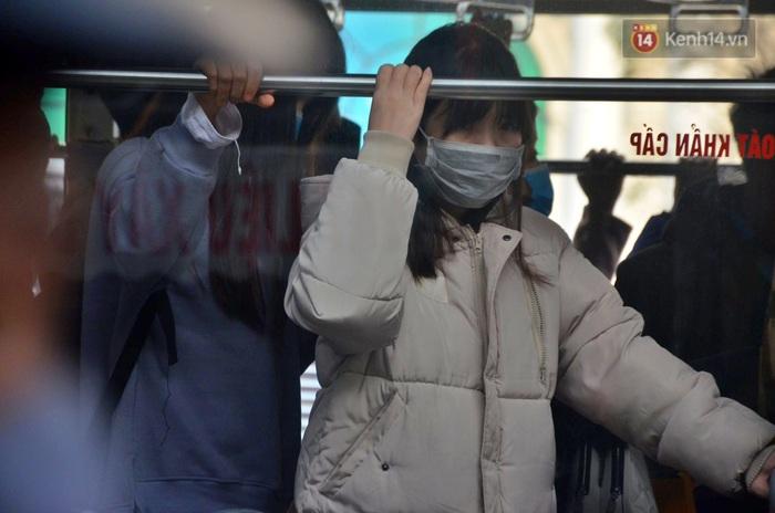 Chùm ảnh: Lo ngại đại dịch virus Corona, dân công sở đeo khẩu trang kín mít tại cơ quan ngày làm việc đầu năm mới - Ảnh 1.
