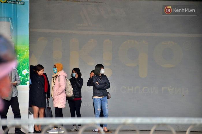 Chùm ảnh: Lo ngại đại dịch virus Corona, dân công sở đeo khẩu trang kín mít tại cơ quan ngày làm việc đầu năm mới - Ảnh 3.