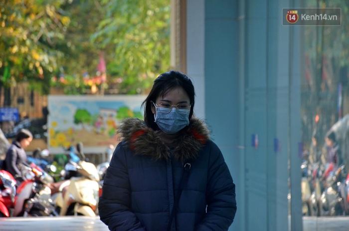 Chùm ảnh: Lo ngại đại dịch virus Corona, dân công sở đeo khẩu trang kín mít tại cơ quan ngày làm việc đầu năm mới - Ảnh 4.