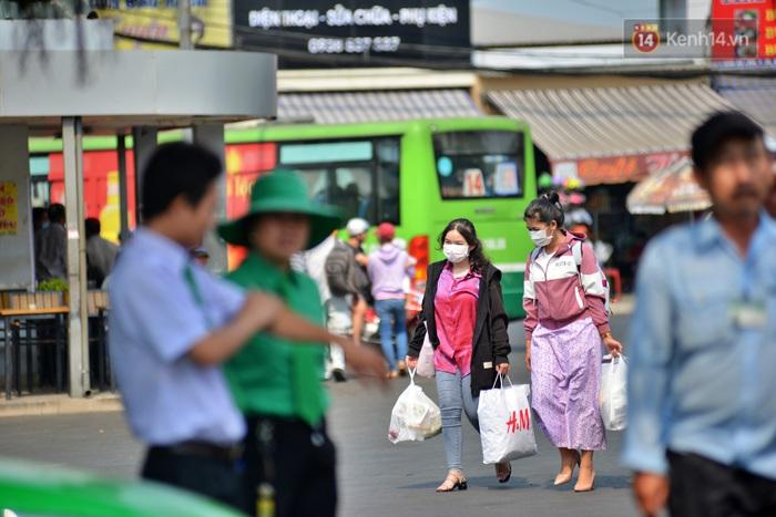 Sợ dịch bệnh do virus Corona, người dân đến sân bay Tân Sơn Nhất, bến xe đều đeo khẩu trang kín mít - Ảnh 1.