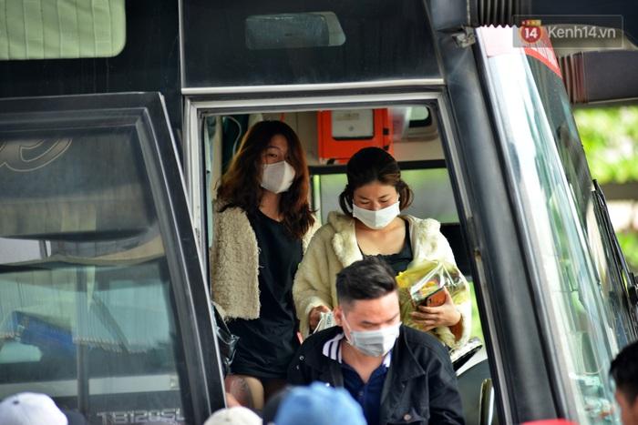 Sợ dịch bệnh do virus Corona, người dân đến sân bay Tân Sơn Nhất, bến xe đều đeo khẩu trang kín mít - Ảnh 2.