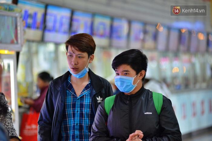 Sợ dịch bệnh do virus Corona, người dân đến sân bay Tân Sơn Nhất, bến xe đều đeo khẩu trang kín mít - Ảnh 10.