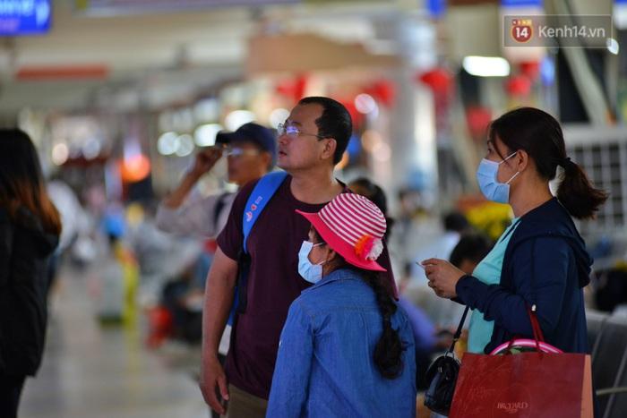 Sợ dịch bệnh do virus Corona, người dân đến sân bay Tân Sơn Nhất, bến xe đều đeo khẩu trang kín mít - Ảnh 11.