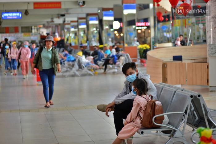 Sợ dịch bệnh do virus Corona, người dân đến sân bay Tân Sơn Nhất, bến xe đều đeo khẩu trang kín mít - Ảnh 4.